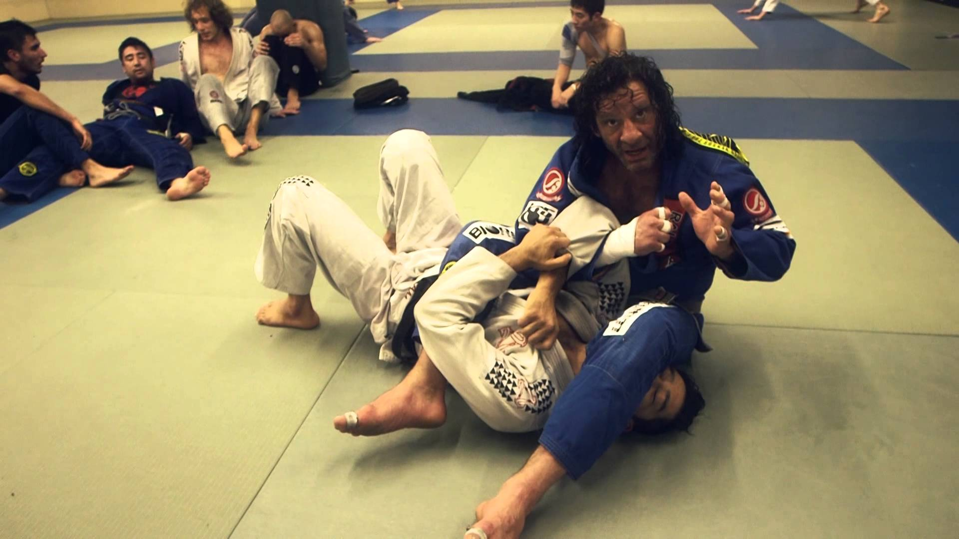 Details for finishing the armbar from mount